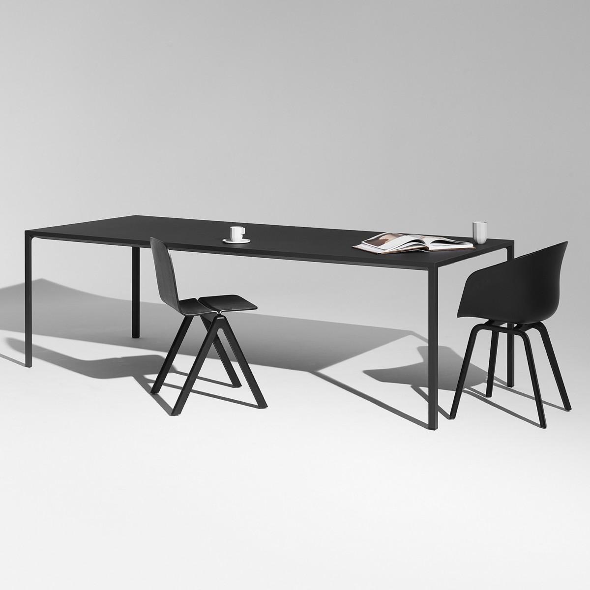 Table NEW ORDER pour 8 personnes. Design : STEFAN DIEZ Matériaux ...